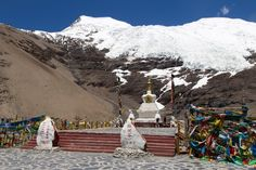 A day trip from Lhasa to Yamdrok Lake, Karola Glacier and the Samding Monastery at Yamdrok Lake. A day trip you must do if you are in Tibet.