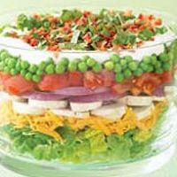Our Classic Layered Summer Salad - adapted from Kraft Foods 8 cups chopped lettuce 1 cup shredded cheddar cheese, divided Kraft Foods, Kraft Recipes, Easy Recipes, Onion Recipes, Summer Salad Recipes, Summer Salads, Summer Bbq, Healthy Summer, Seven Layer Salad