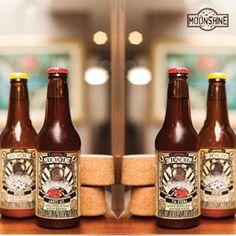¿Ya tienes tus Moonshine para este fin de semana? Pídelas a #domicilio al 3012425550 #piensaindependiente #tomaartesanal #cervezabogotana #cervezasmoonshine #cervezacolombiana #craftbeer #bogota Beer Bottle, Drinks, Instagram, Beer, Beverages, Drink, Beverage, Cocktails, Drinking