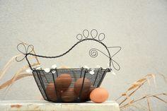 Bílá slepička. Drátovaný košík. Wire Art, Table Lamp, Easter, Home Decor, Table Lamps, Decoration Home, Room Decor, Easter Activities, Home Interior Design
