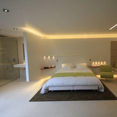 Aménagement d'une chambre d'hôtel par les architectes Boissière et Gaulay, avec une vasque en Corian pour une chambre ouverte sur la salle de bains. Hôtel Le Saison à Saint-Grégoire.