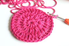 Baby Knitting Patterns Men I& often asked how to actually crochet circles with chopsticks . Baby Knitting Patterns, Knitting Yarn, Crochet Patterns, Crochet Ideas, Crochet Leaves, Crochet Circles, Crochet Roses, Baguette, Diy Crochet Basket