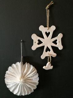 Croix Huguenote en céramique.  https://www.cathoretro.com/produit/croix-protestante-terre-blanche-emaillee/