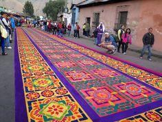 Voorafgaand aan Pasen, tijdens de Heilige week (Semana Santa) kleuren de straten van het Guatemalteekse stadje Antigua in alle schakeringen van de regenboo