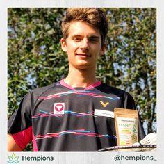 Badminton Hempion @kilian_meusburger holt sich Power mit seinem Lieblings-Snack Hanf Crunchies Schoko Orange. Der frisch gebackene 3-fache U22-Staatsmeister ist unser neustes Mitglied in der Hempions-Familie. Seit gespannt auf sein Interview, in dem Kilian erzählt was Badminton zur schnellsten Sportart der Welt macht. • #hempionsathlete #hempions #hanffürchampions Omega Fettsäuren, Badminton, Interview, Orange, Blog, Hemp Seeds, Fresh, Foods, World