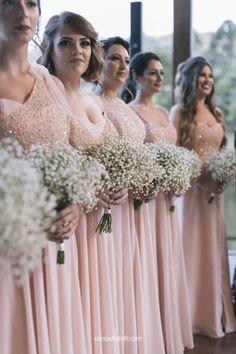 Madrinhas em vestidos Karen Rodrigues durante casamento de Niina Secrets e Gui Oliveira. #CasamentoNiinaEGui