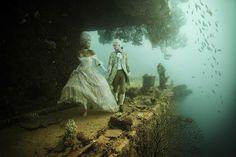 Andreas Franke recrée des scènes avec des personnages bourgeois à bord de l'épave d'un bateau sous l'eau.