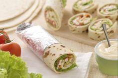 I chicken rolls sono degli sfiziosi e gustosi rotolini di piadina finger food ripieni di insalata di pollo e verdure condita con maionese alla senape!