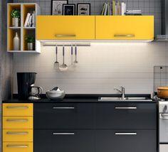 A famosa combinação Black and Yellow, combina com diversos ambiente! Nesta cozinha combinaram com uma parede de azulejos brancos maravilhosos! Na Construcon você encontra uma ampla linha de azulejos para a suas obras, da uma passadinha aqui!