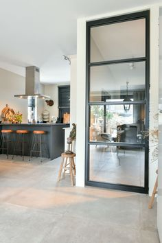 Black steel doors SKYGATE- Zwarte stalen deuren SKYGATE Skygate is a young Dutch brand that has developed affordable steel interior doors with glass. View here how particularly beautiful the black industrial doors are in different rooms. Living Room Inspiration, Interior Inspiration, Küchen Design, House Design, Sweet Home, Interior Styling, Interior Design, My New Room, Home Living Room