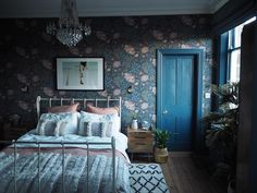 Sandra Baker The Idle Hands Sandberg Wallpaper dark and colourful bedroom The post Sandra Baker The Idle Hands appeared first on Sovrum Diy. Blue Bedroom, Bedroom Colors, Bedroom Decor, Colourful Bedroom, Bedroom Storage, Victorian Bedroom, Wallpaper Decor, Bedroom Wallpaper, Happy Sunday