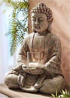 Voir:Que ce soit dans votre intérieur, sur la terrasse ou dans le jardin, ce Bouddha dégage paix et sérénité. Mettez une bougie dans le photophore et laissez-vous enchanter par sa lueur chatoyante. Livré sans bougie.