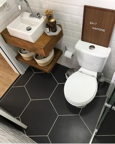 Bathroom Decor above toilet Diese Bodenfliesen sin - bathroomdecor Tiny House Bathroom, Wood Bathroom, White Bathroom, Bathroom Flooring, Bathroom Interior, Bathroom Small, Bathroom Ideas, Bathroom Shelves, Vanity Bathroom