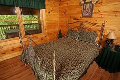 Awesome Honey Bear - This Luxury cabin boasts MOUNTAIN VIEWS Of The Smokies.