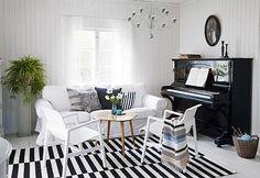Oleskelutila on pelkkää raitaa. Alvar Aallon tuolit ovat maakuntamatkailun tulosta. 50-luvun pikkupöytä on tuttavalta. Täysvillaisen Ikean maton puhtaanapito on helppoa. | Vihdoin valmis | Koti ja keittiö | Taina Vuohelainen | Kuva Arto Vuohelainen