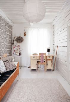 Eija kirjoittaa My Little Silver Linings -blogiaan päätyhuoneessa isovanhemmilta perityn pöydän ääressä. Katto-valaisin on Ikeasta.