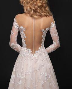 28 abiti da sposa scollati dietro perfetti per una posa romantica e sexy  Princess Wedding Dresses 1b6e5cb6816