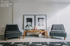 Decoração estilo anos 50 com paleta de cores sóbria, tapete com padronagem geométrica e móveis em madeira e pé palito. Mesa de centro Duran assinada pelo designer Zanini de Zanine. Quadros de autoria do arquiteto Leandro Neves.