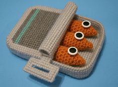 crochet food: canned sardines Crochet Diy, Crochet Food, Crochet Crafts, Yarn Crafts, Crochet Projects, Crochet Cupcake, Tricot D'art, Confection Au Crochet, Green Craft