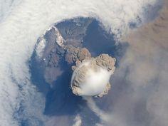 Ledakan dari gunung Sarychev, Jepang, tahun 2009, diambil dari International Space Station