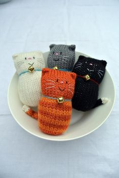 Cat – Fat Cat Hand Knitted Decoration Ornament Door Hanger Cat Lover Gift with Bell – Hand Knitting Knitted Cat, Knitted Animals, Knitted Dolls, Crochet Toys, Kids Crochet, Crochet Granny, Hand Crochet, Crochet Lace, Animal Knitting Patterns