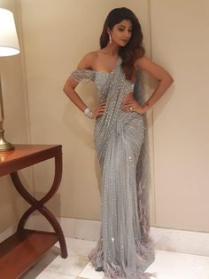 Shilpa Shetty Kundra can do anything! She's an Indian actress, businesswoman, producer, model and Lehenga Designs, Saree Blouse Designs, Saree Gown, Sari Dress, Lace Saree, Indian Wedding Outfits, Indian Outfits, Wedding Sari, Sparkly Outfits