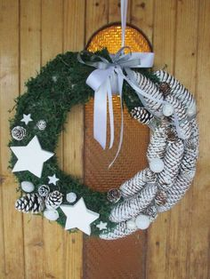 Świąteczny wieniec na drzwi Autor: Katarzyna Dorawa PRACA NAGRODZONA PRZEZ FANÓW #QSQ #Christmas #wreath #ornament #inspiration #idea #decor #green #white #natural #minimal #pine #cone