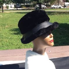 VINTAGE HAT DANEILLE  METTUCCIE Black hat. Lined two toned fur and leather look, made in Italy VINTAGE Accessories Hats