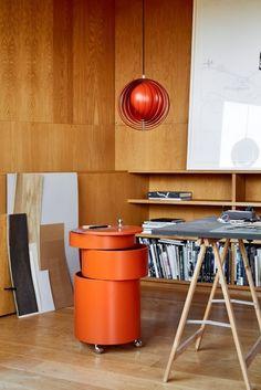 Orange ist das neue Schwarz:  Einer der ältesten Entwürfe ist die Lampe Moon, welche Verpan in einem eigens entwickeltem Orange neu präsentiert. Barboy, ein raffiniertes Möbelstück, verwendbar als Barschrank, Nachtisch oder Rollcontainer bringt durch den neuen Farbton Orange sein Design in exlusiver Art und Weise zur Geltung.