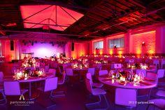 'Less is more' bij een bedrijfsfeest voor 300 gasten in een Fabriekshal. Party Rent verzorgde de event inrichting