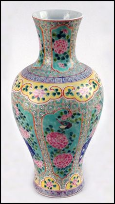 FAMILLE ROSE PORCELAIN VASE. : Lot 1243040