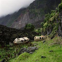 Tristan da Cunha : Nach einer verheerenden Sturmnacht tauchten in Edinburgh of the Seven Seas, Tristan da Cunha, plötzlich diese beiden Rettungsboote auf. Sie sollen von einem Bohrturm stammen, der sich 2006 von einem Transportschiff im Atlantik löste.  |  © Jon Tonks/Reportage by Getty Images