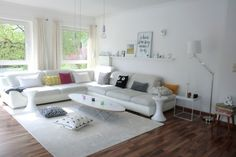 Endlich grün vorm Fenster! :), Tags Eckcouch + Bilderleiste + Kivi-Leuchter + IKEA Lampen + Seidenteppich + Eames Tisch