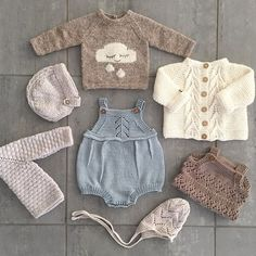This Pin was discovered by Iry Baby Knitting Patterns, Knitting For Kids, Baby Patterns, Knitted Baby Clothes, Cute Baby Clothes, Doll Clothes, Baby Knits, Cardigan Bebe, Baby Cardigan