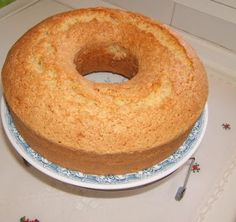 INGREDIENTES:. 1 pote de crema (de 1/4). 2 potes de azucar. 3 potes de Harina. 4 huevos. MODO DE PREPARACIÓN:. Colocar en la batidora 1 pote de crema. Lavar el envase y llenarlo de azucar 2 veces, colocar en el recipiente. Hacer lo mismo pero con la...