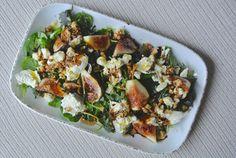 Kétféle sajt és sok zöldség megy a füge mellé. Mozzarella, Vegetable Pizza, Guacamole, Vegetables, Vegetable Recipes, Veggies