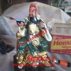 NAMA : DEWA KWAN KONG DUDUK PEGANG BUKU DI ATAS MACAN  KODE : NG-KK24  Guan Di atau secara umum disebut Guang Gong ( Kwan Kong – Hokkian ) yang berarti paduka Guan, adalah seorang panglima perang kenamaan yang dihidup pada zaman San Guo ( 221 – 2