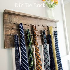 Make this rustic wood DIY Tie Rack for Father's Day! Love the distressed wood with old fashioned square metal nails. A must see wood tie rack Painting Kitchen Cabinets White, Kitchen Paint, Kitchen Rack, Diy Kitchen, Tie Storage, Tie Organization, Diy Regal, Tie Rack, Floating Shelves Diy