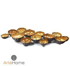 Metalowa dekoracja w postaci zestawu połączonych ze sobą miedzianych koszyczków o postrzępionych krawędziach.