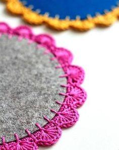 Crochet edging for wool felt coasters Crochet Diy, Crochet Home, Love Crochet, Crochet Gifts, Crochet Edging Tutorial, Crochet Edging Patterns, Crochet Borders, Crochet Edgings, Crochet Potholders