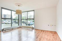 Te koop: Circusplein 15, Amsterdam - Hoekstra en van Eck - Méér makelaar. Zorgeloos wonen en genieten in Amsterdam met alle voorzieningen binnen handbereik? Kom dan eens kijken in dit instap klare appartement. Zodra je binnen komt is dit direct jouw thuis! Het lichte appartement heeft veel ramen en een keurige afwerking, dit zijn absoluut de kenmerken. Daarbij heeft het een perfecte ligging in de Molenwijk.