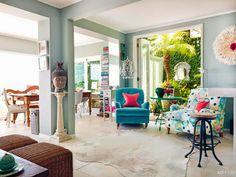 Gelbes Haus am Strand: Modernes, weiß und bunt