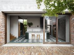 An Addition to a 1940s Home in Sydney Amplifies Its Connection to the Outdoors #dwell #homeaddition #australia #moderndesign Isamu Noguchi, Garden Living, Home And Garden, Garden Art, Porches, 1940s Home, Casa Cook, Timber Screens, Terrazo