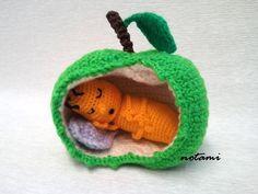 *Dies ist die PDF-Datei mit der Häkelvorlage, nicht die fertige Figur!* ============= Mein Apfelwurm, bestehend aus dem Apfel, der 9 cm hoch ist, und der Wurm ist 8 cm groß (gehäkelt mit ...