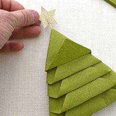 Apprenez à réaliser des serviettes en forme de sapin pour une décoration de table originale, qui épatera vos invités.