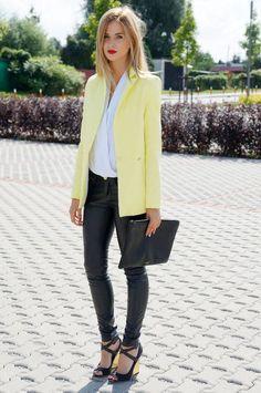 Look chic avec une veste jaune