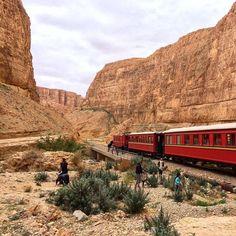 Paseo en el antiguo tren de madera Lagarto Rojo una bonita experiencia que te lleva por las montañas del Atlas tunecino. #HistoriasZurich #ViajandoTunez