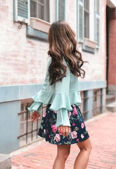 Spring date night or party outfit // pastel ruffle top + floral mini skirt (balayage highlights on medium dark brown hair) Floral Skirt Outfits, Floral Mini Skirt, Date Outfits, Night Outfits, Summer Outfits, Skirt Fashion, Fashion Outfits, Extra Petite, Summer Dates