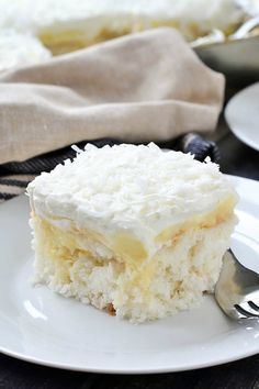 An easy recipe for oist and delicious Coconut Cream Poke Cake filled with coconut cream pudding and topped with a creamy whipped topping. Poke Cake Recipes, Dessert Recipes, Poke Recipe, Coconut Poke Cakes, Dessert Halloween, Savoury Cake, Coconut Cream, Let Them Eat Cake, Cookies Et Biscuits