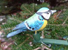 18 zł: Polecam ręcznie rzeźbionego i ręcznie pomalowanego ptaszka DO PRZYCZEPIENIA NA CHOINKĘ ,KWIATEK LUB GDZIEKOLWIEK-mocowany na drewnianej klamerce lub żabce długość ptaszka od 8cm-14cm CENA ZA 1 WYB...
